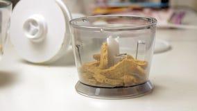 Knackende Kekse und Kochen des Käsekuchens stock video
