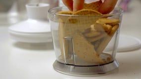 Knackende und mischende Kekse und Kochen des Käsekuchens stock video footage