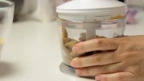 Knackende und mischende Kekse und Kochen des Käsekuchens stock footage