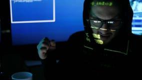 Knackendes System des nervösen Hackers, Internet-Spionage, zerhackte Zugangspasswort, den kriminellen Hacker, der an Computer arb stock video footage