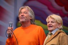Knal ster en vrouwelijke ventilators musicus met een kenner van zijn talent Stock Foto