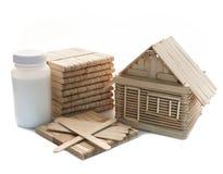Knal stokhout en latexlijm geïsoleerde witte achtergrond voor gemaakte hand - en kinderenstuk speelgoed stock foto's