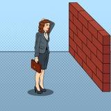 Knall Art Doubtful Business Woman Standing vor einer Backsteinmauer lizenzfreie abbildung