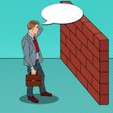 Knall Art Doubtful Businessman Standing vor einer Backsteinmauer Lizenzfreies Stockfoto