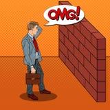 Knall Art Doubtful Businessman Standing vor einer Backsteinmauer Stockfoto