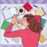 Knall Art Exhausted Female Student Sleeping auf dem Schreibtisch mit Lehrbüchern Müde Frau, die für Prüfung sich vorbereitet lizenzfreie abbildung
