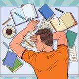Knall Art Exhausted Male Student Sleeping auf dem Schreibtisch mit Lehrbüchern Müder Mann, der für Prüfung sich vorbereitet lizenzfreie abbildung