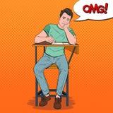 Knall Art Exhausted Student Sitting auf dem Schreibtisch während des langweiligen Hochschulvortrags Müder gutaussehender Mann im  Stockfotos