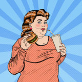Knall-Art Fat Woman Eating Fast-Lebensmittel und trinkendes Soda Lizenzfreie Stockfotografie