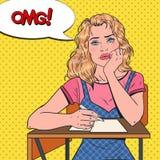 Knall Art Lazy Female Student Sitting auf dem Schreibtisch während des langweiligen Hochschulvortrags Müde Frau im College Ausbil Lizenzfreies Stockfoto