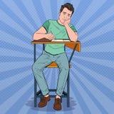 Knall Art Lazy Student Sitting auf dem Schreibtisch während des langweiligen Hochschulvortrags Müder gutaussehender Mann im Colle Stockfotografie