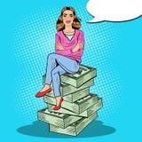 Knall Art Rich Woman Sitting auf einem Stapel Geld Lizenzfreies Stockbild