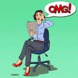 Knall Art Shocked Woman Reading eine Zeitung Falsche Nachrichten Stockfoto
