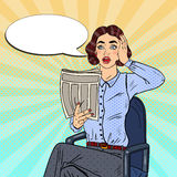 Knall Art Shocked Woman Reading eine Zeitung Falsche Nachrichten Stockbild
