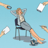 Knall Art Tired Business Woman Relaxing auf Stuhl Stockfotografie