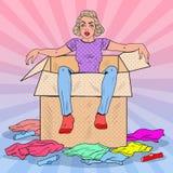 Knall Art Tired Woman im Kasten mit unterschiedlicher Kleidung Neues Haus-Gepäck Stockfotos