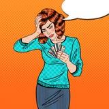 Knall Art Upset Woman mit Kreditkarten hat Kopfschmerzen Stockbild