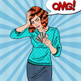 Knall Art Upset Woman mit Kreditkarten hat Kopfschmerzen Stockfotos