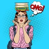 Knall Art Woman Student mit Büchern auf ihrem Kopf Stockfotografie