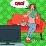 Knall Art Woman Watching ein Horrorfilm zu Hause Erschrockener Mädchen-Uhr-Film auf der Couch mit Popcorn lizenzfreie abbildung