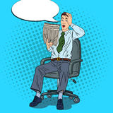 Knallen Sie Art Businessman Reading Newspaper und ergriff seinen Kopf Schlechte Nachrichten-Schock Stockfoto