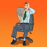 Knallen Sie Art Shocked Businessman Reading Newspaper und ergriff seinen Kopf Lizenzfreie Stockfotos