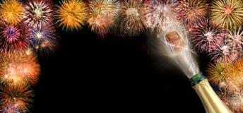 Knallend champagne en vuurwerk bij nieuwe jarenvooravond 2018 Royalty-vrije Stock Foto's