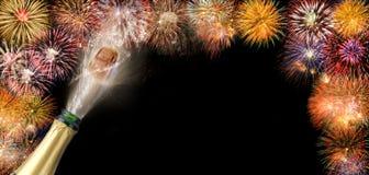 Knallend champagne en vuurwerk bij silvester 2018 stock afbeeldingen