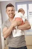 Knap de babymeisje van de vaderholding Stock Afbeeldingen