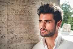 Knap jonge mensenportret Intens kijk en opvallende schoonheid stock foto's