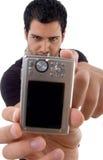 Knap mannetje dat digitale camera toont royalty-vrije stock fotografie