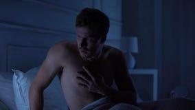 Knap mannetje die slechte slaap hebben, die aan nachtmerrie, zware baanproblemen lijden stock videobeelden