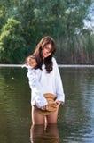 Knap meisje in rivier Stock Foto's