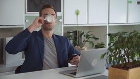 Knap mensen texting bericht op smartphone stock videobeelden