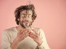 Knap mensengezicht Verfrissing en gezondheidszorg stock foto's