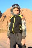 Knap preteen jongen op safarireis in de Egyptische woestijn royalty-vrije stock fotografie