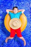 Knap weinig jongen die weg in de pool sluimeren stock fotografie