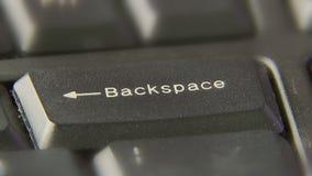 Knapp för backstegstangent för fingerpressPush arkivfilmer
