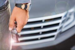 Knapp för bil för trycka på för hand för man` s en avlägsen som öppnar eller som stänger bildörrlåset Lycklig ägare av bilen Royaltyfri Bild
