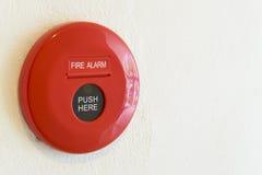Knapp för brandlarm på en vägg Arkivbild