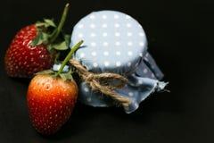 Knapp för jordgubbe två och blåtthonung Royaltyfri Fotografi