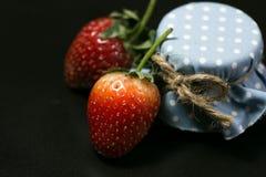 Knapp för jordgubbe två och blåtthonung Arkivbild