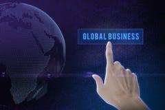 Knapp för lösning för affärsmanhand driftig på en pekskärmmanöverenhet Arkivfoto