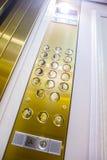 knappar för att välja golv i hissen Arkivbild