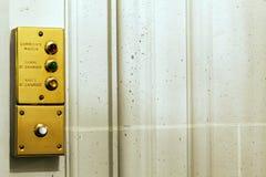 Knappar för rumservice i ett utsmyckat hotellrum arkivfoton