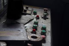 Knappar i övergiven fabrik royaltyfria foton