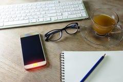 Knappar med ljus på den smarta telefonen och tangentbordet ritar anteckningsboken Royaltyfria Bilder