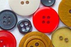 Knappar med olikt format, former, färgar Vit bakgrund Makro närbild mjuk fokus Arkivfoton