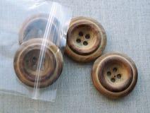 Knappar som är wood i plastpåse Royaltyfri Bild