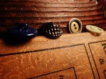 Knappar som staplas på träbröstkorgleksakhantverket Arkivfoto